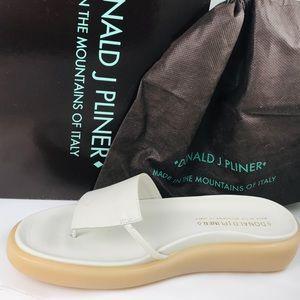 Donald J Pliner leather thong sandal, 8.5 med